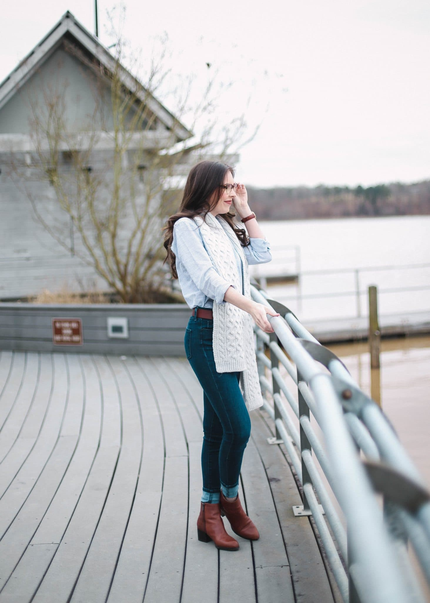 GAP blue white button down top, highwaisted dark wash jeans mott and bow, brown affordable belt women, style blogger, pretty in the pines fashion blog, north carolina blogger